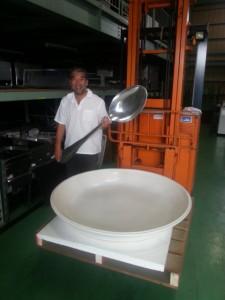 巨大皿と巨大スプーンで「巨大カレーライス」、「巨大シチュー」、「巨大オムライス」にと用途いろいろ!