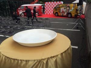 巨大皿で巨大カレー